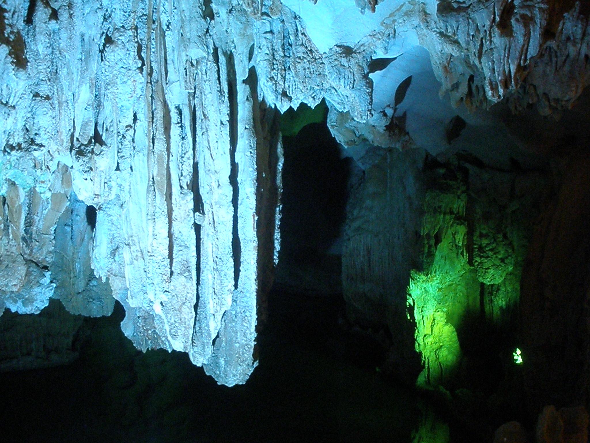 grotte des surprises baie d'along
