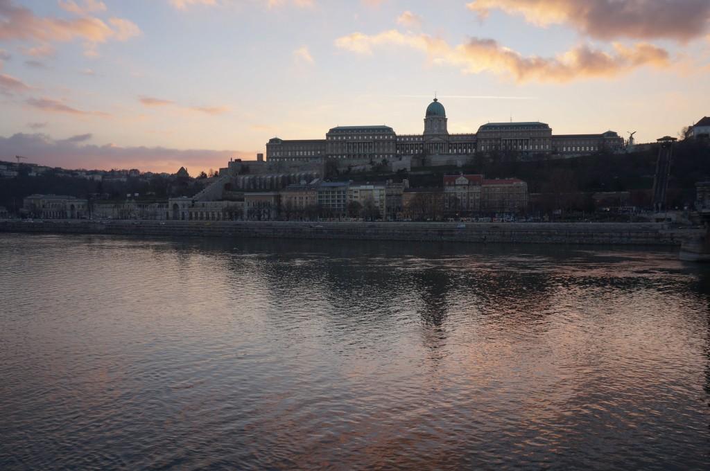 coucher de soleil sur le palais royal budapest