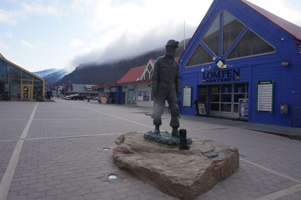 statue longyearbyen svalbard norvege