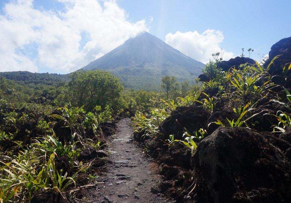 Vue sur le volcan Arenal et lave - parc Arenal 1968 - costa rica