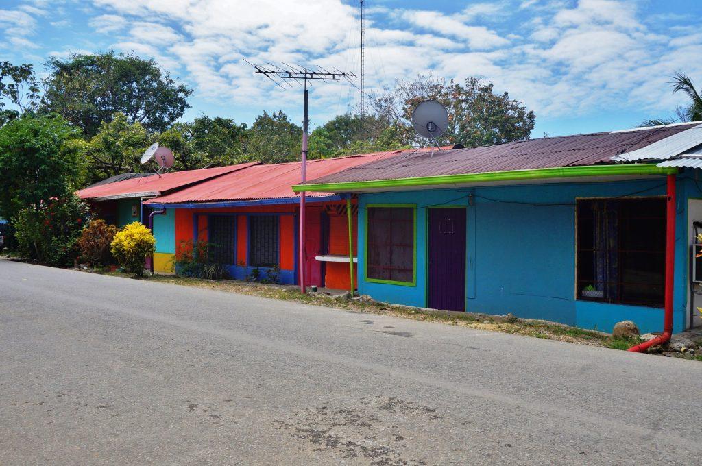 Bahia Uvita costa rica maisons colorées parc maritime ballena