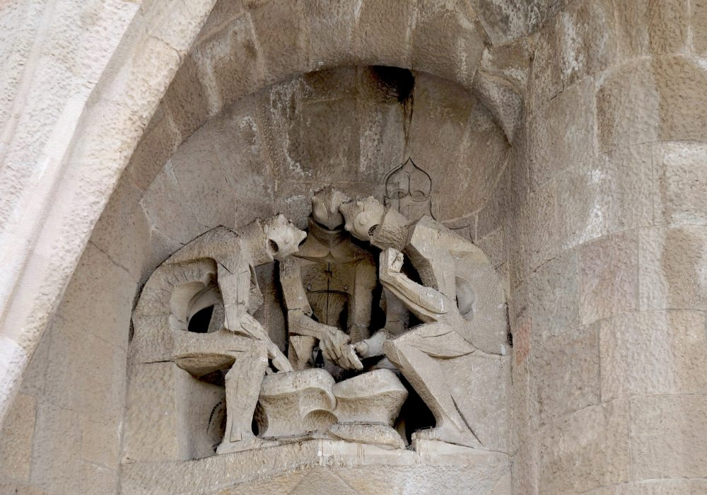 Jeu des soldats - Sagrada Familia - façade de la Passion Barcelone Espagne