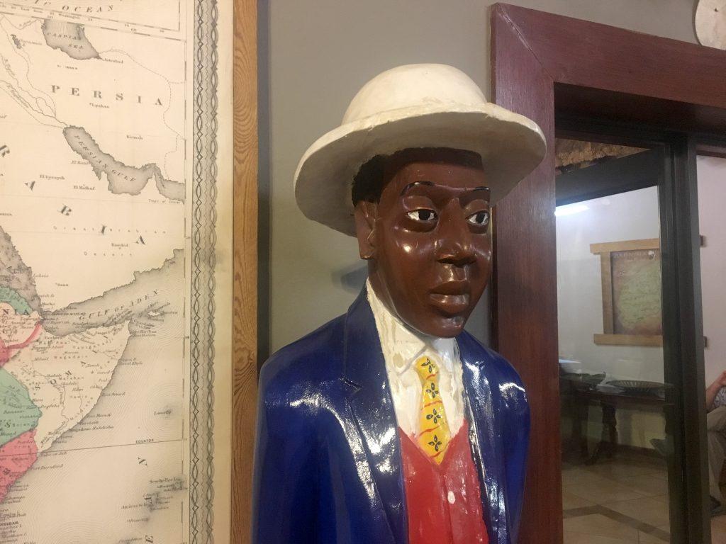 art africain, statuette le colon, afrique du sud