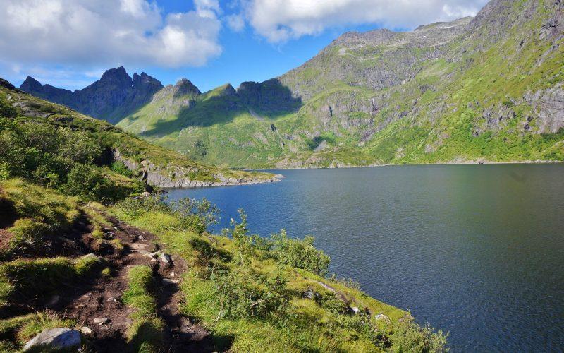 îles lofoten norvège lac