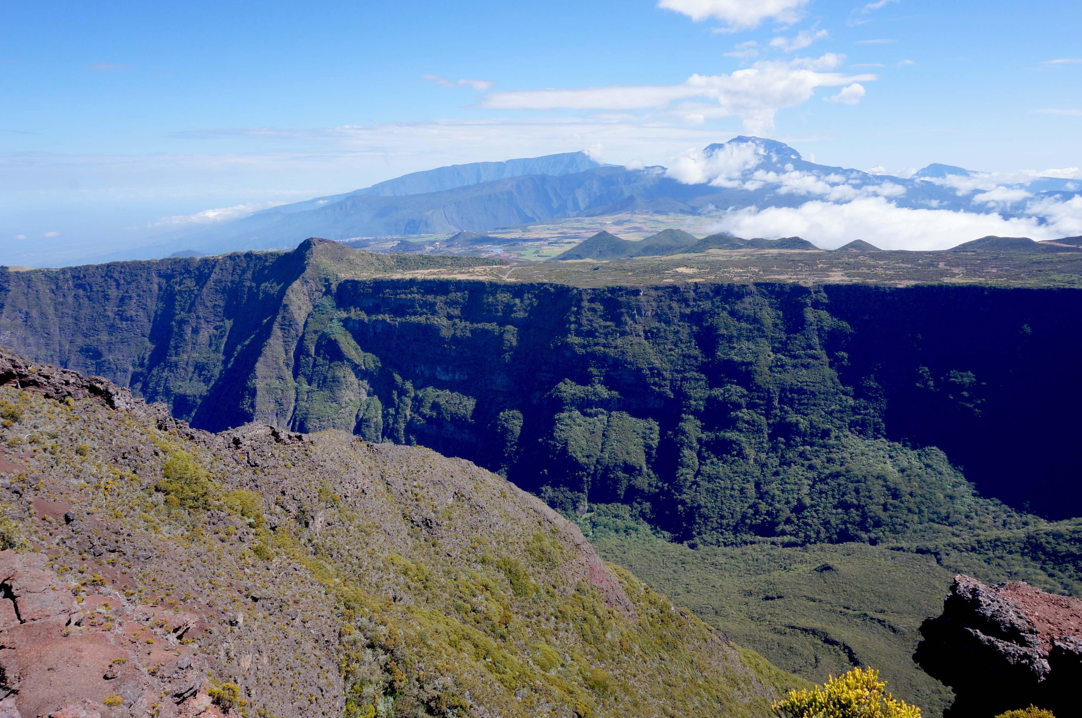 vue du cratere commerson piton de la fournaise réunion