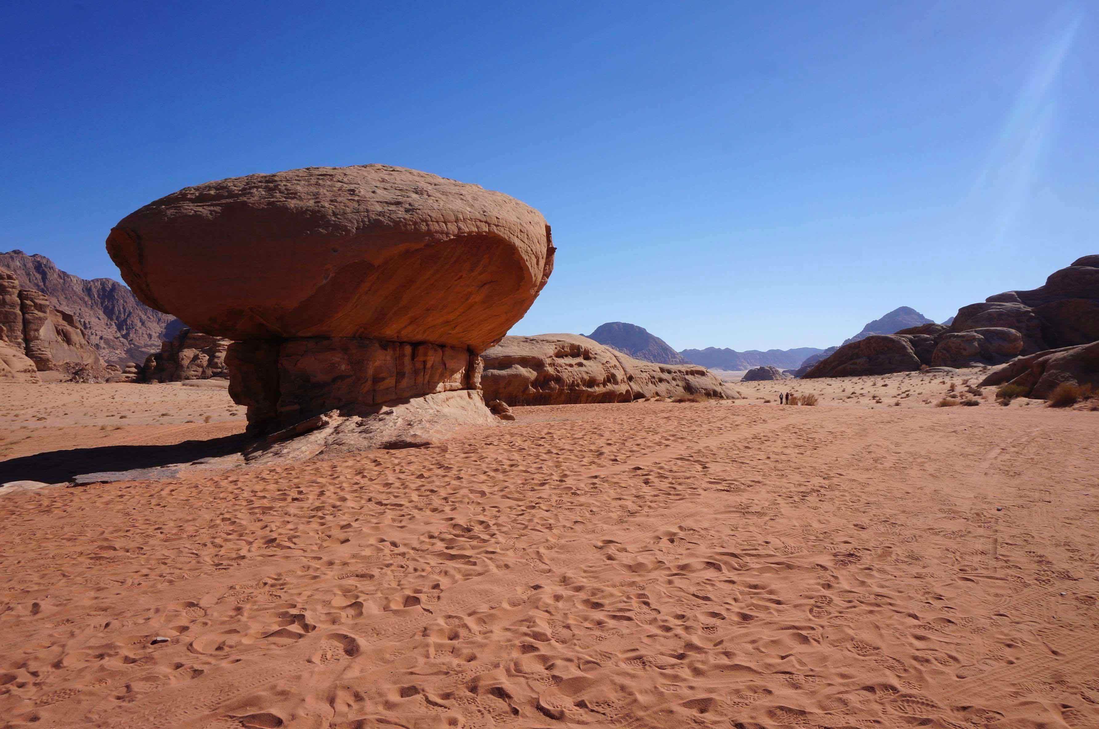 wadi rum, mushroom rock, jordanie