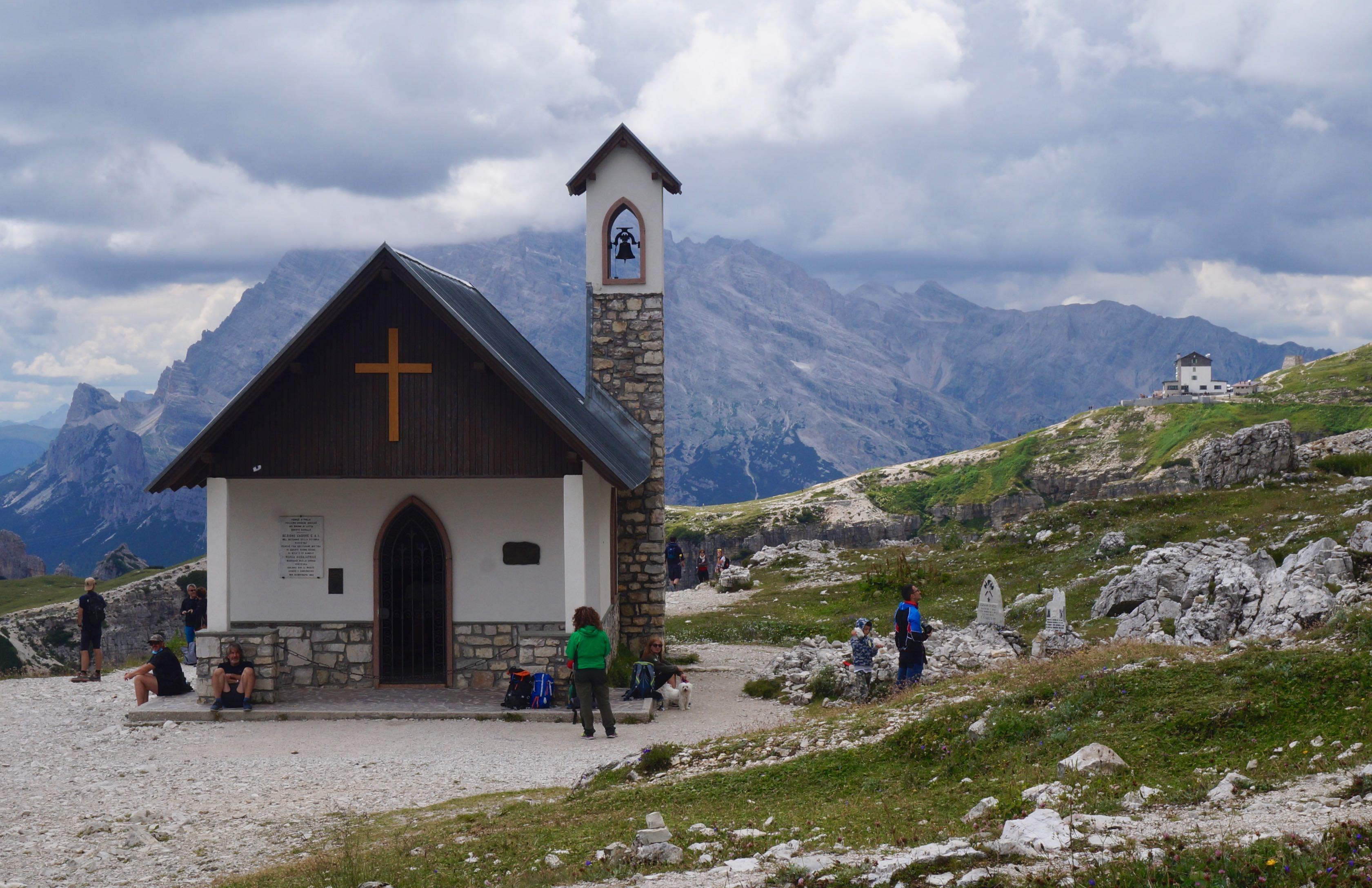 Cappella degli Alpini, tre cime di lavaredo, dolomites, italie